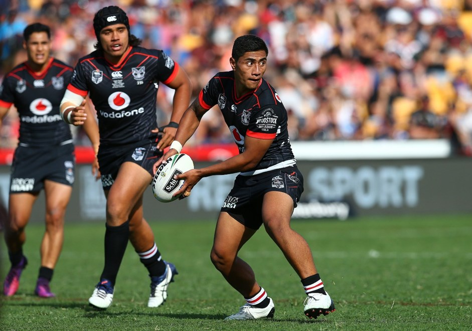 Mafoa'aeata Hingano looks to pass: NRL rugby league