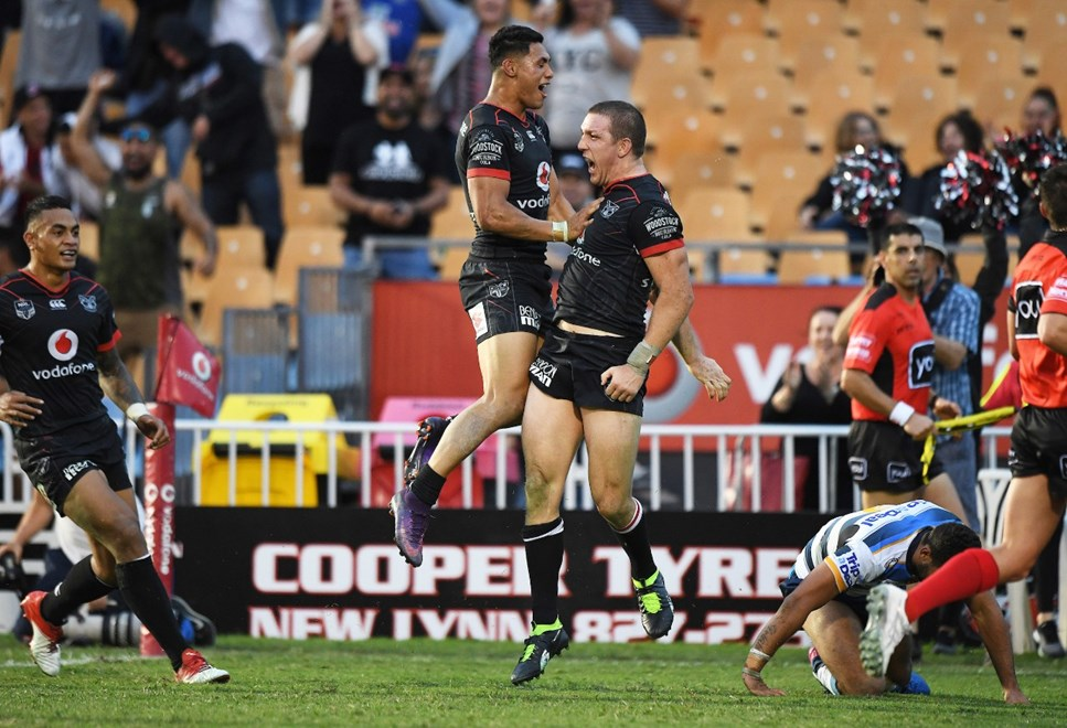 Ryan Hoffman celebrates scoring the match winning try with Roger Tuivasa-Sheck. Vodafone Warriors v Gold Coast Titans. NRL Rugby League. Mt Smart Stadium