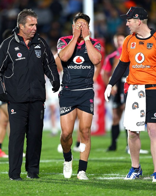 Shaun Johnson leaves the field injured. Vodafone Warriors v Penrith Panthers, Round 19 of the 2017 NRL Rugby League Premiership season at Mt Smart Stadium, Auckland, New Zealand. 14 July 2017. Copyright photo: Renee McKay / www.photosport.nz