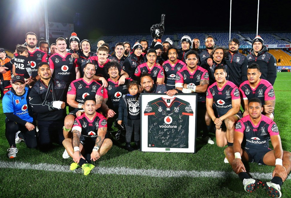 The Warriors pose for a photo with team mate Manu Vatuvei. Vodafone Warriors v Penrith Panthers, Round 19 of the 2017 NRL Rugby League Premiership season at Mt Smart Stadium, Auckland, New Zealand. 14 July 2017. Copyright photo: Renee McKay / www.photosport.nz