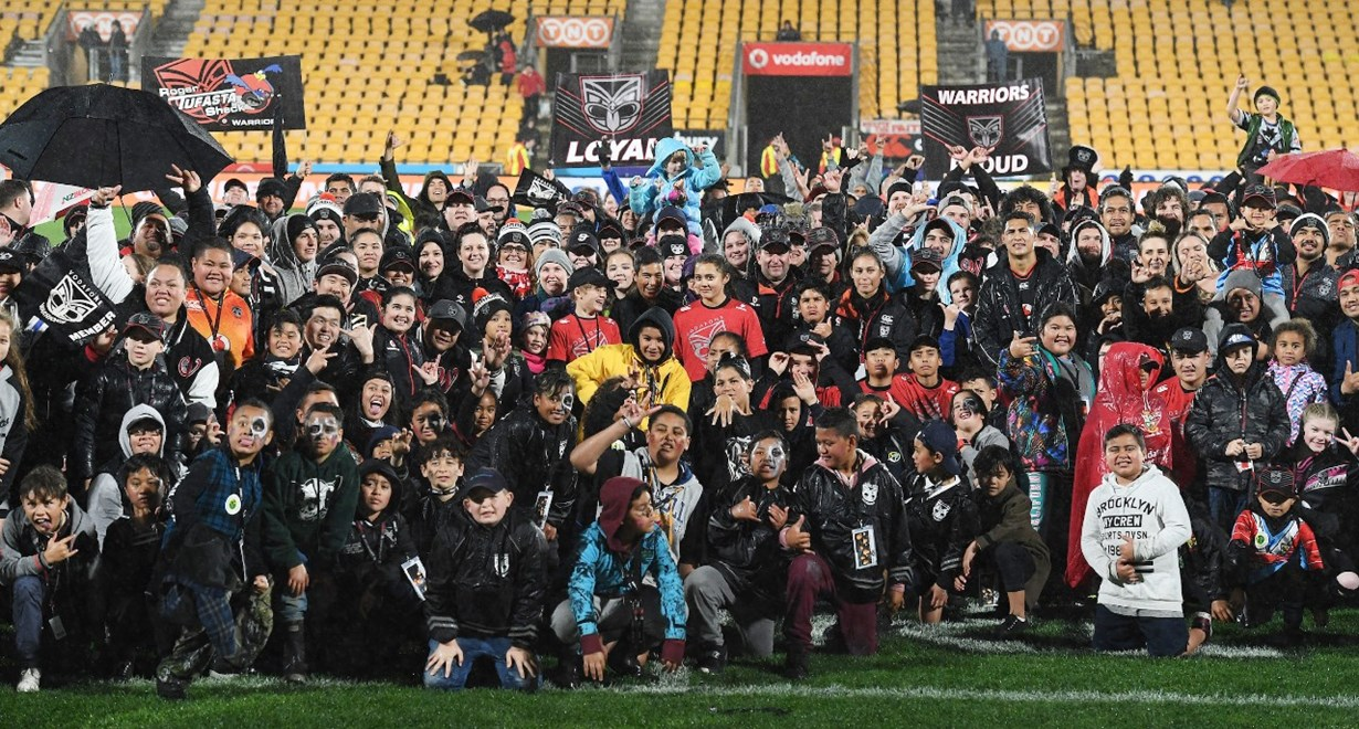 Members and fans pose for an end of season photo with the players. Vodafone Warriors v  Manly Sea Eagles. NRL Rugby League. Mt Smart Stadium, Auckland, New Zealand. Sunday 27 August 2017 © Copyright Photo: Andrew Cornaga / www.photosport.nz